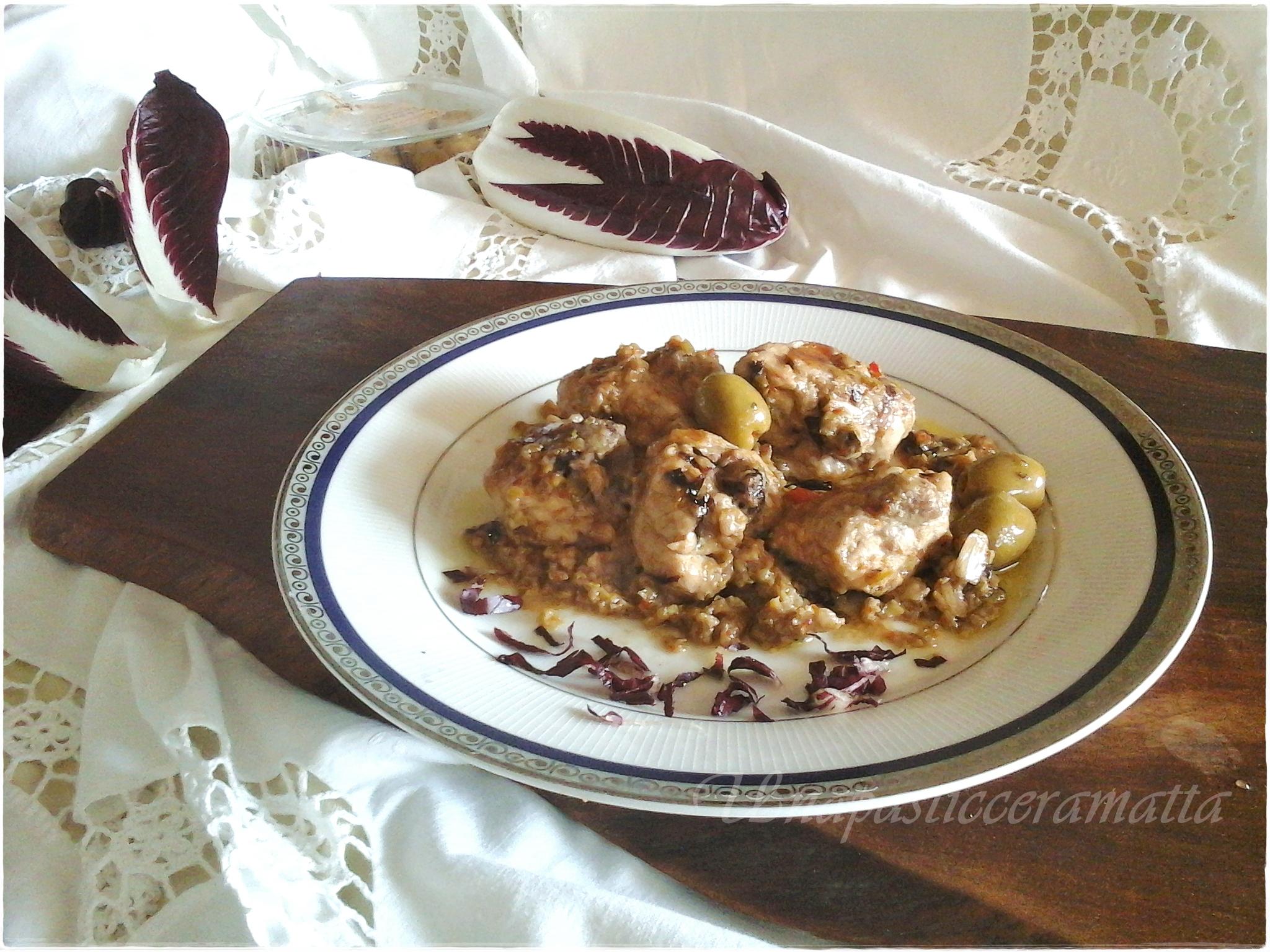Spezzatino di pollo con salsa di olive e radicchio rosso