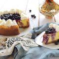 Questo cheese-cake è realizzato con la classica base di biscotti sbriciolati, mentre il ripieno, cremosissimo, al limone è costituito da ricotta e formaggio spalmabile. Il topping è fatto da mirtilli sciroppati…insomma è una vera delizia !!! Per la cottura consiglio di non superare i 160°, altrimenti la torta si scurirà troppo sopra e creerà delle spaccature in superficie. Ecco come fare il nostro cheese-cake al limone e mirtilli :