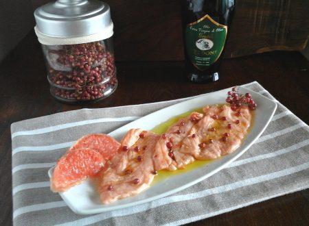 Salmone marinato al pompelmo rosa e pepe rosa