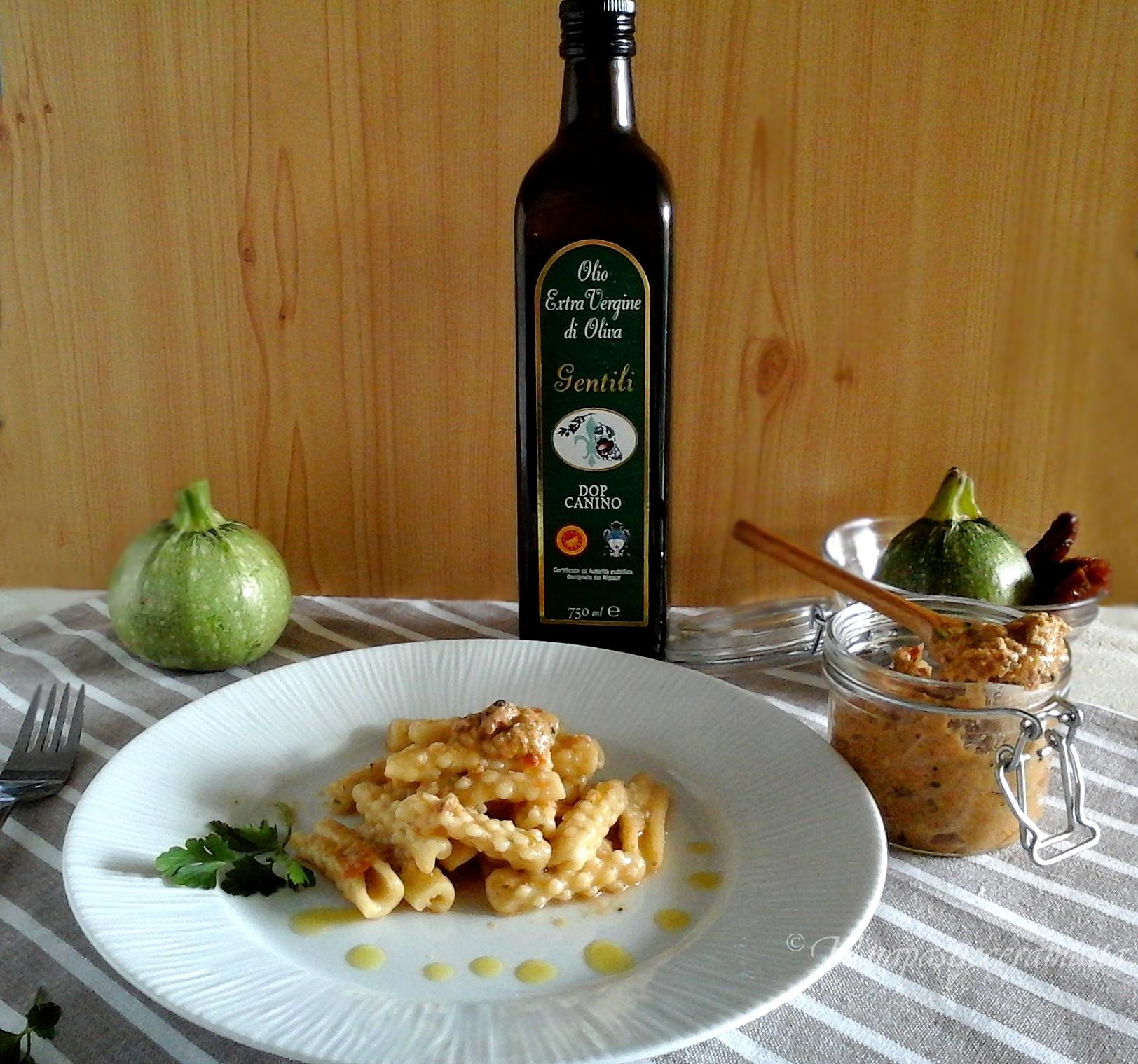 Mimose fatte a mano con pesto di pomodori secchi e e zucchine