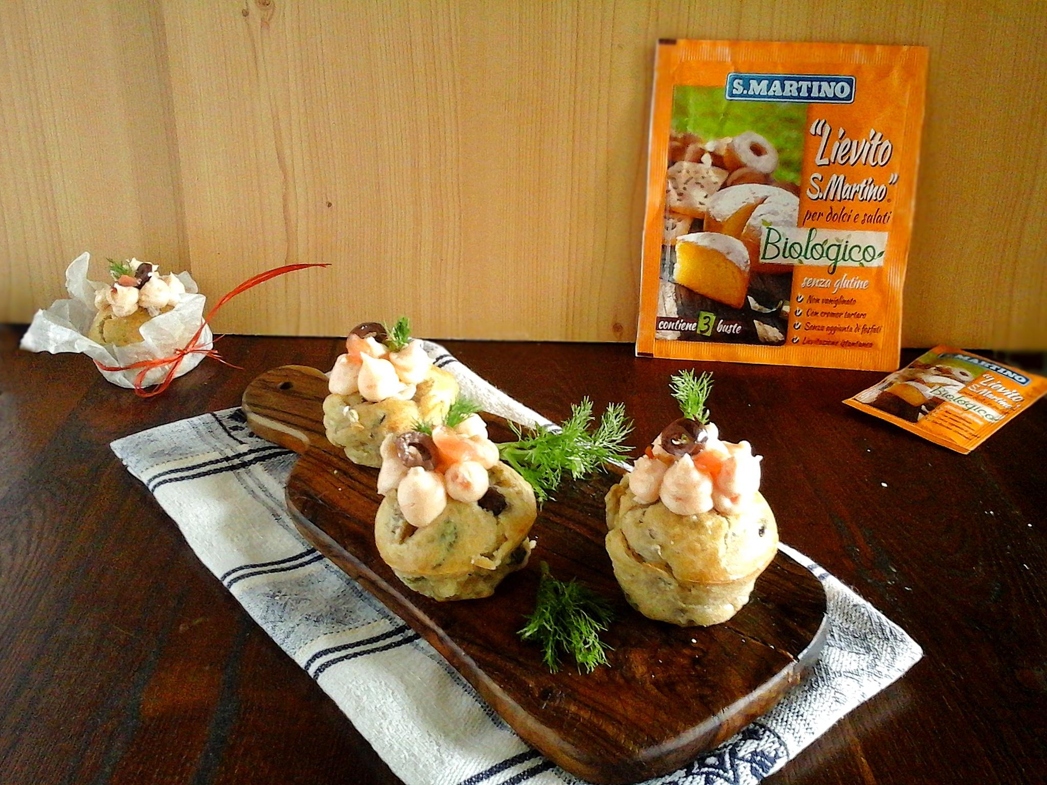 Muffins finocchi olive con topping al salmone