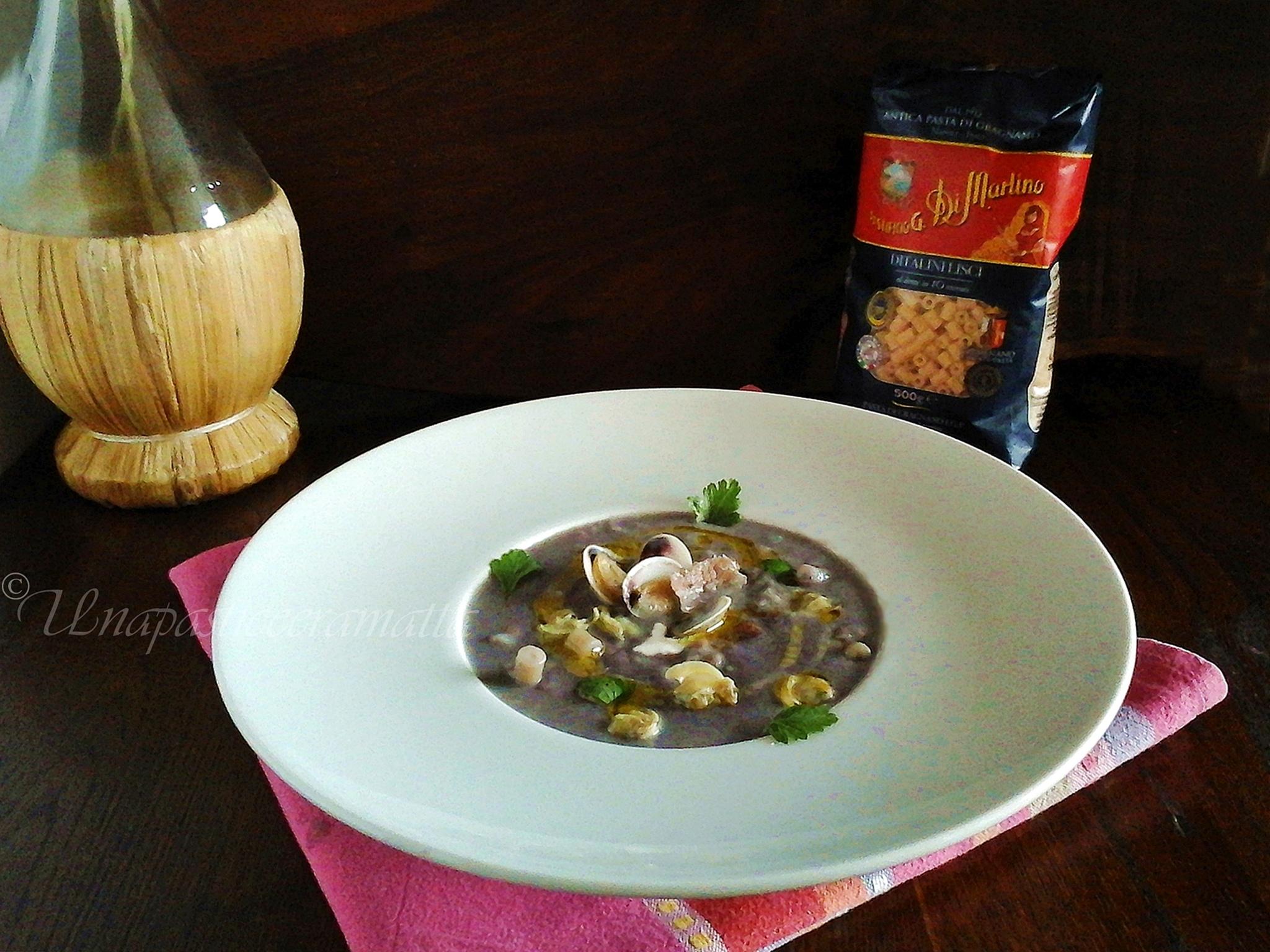 Zuppa di vongole del New England con patate viola (clam chowder)