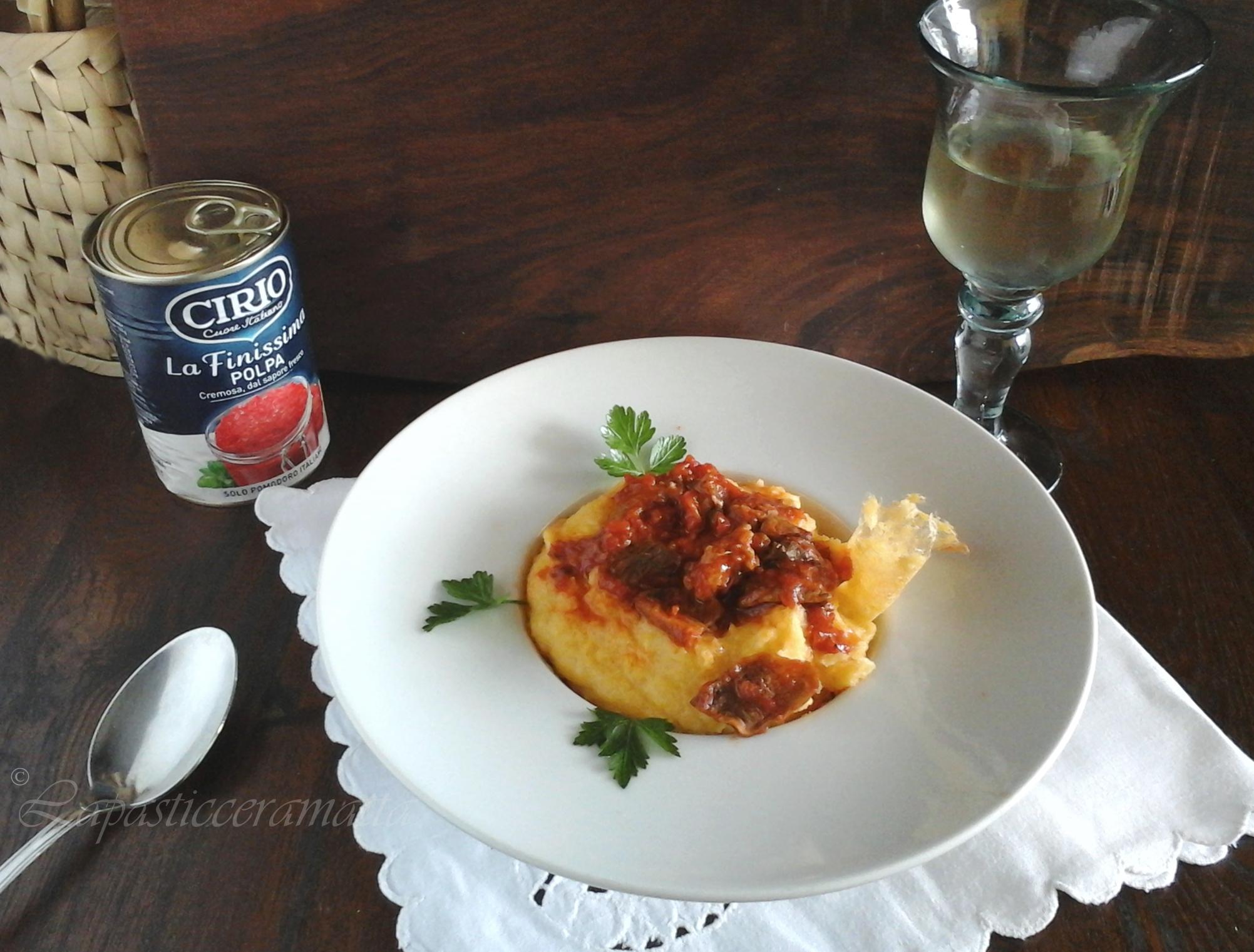 Polenta con salsa di funghi porcini e salsiccia (ricetta toscana )
