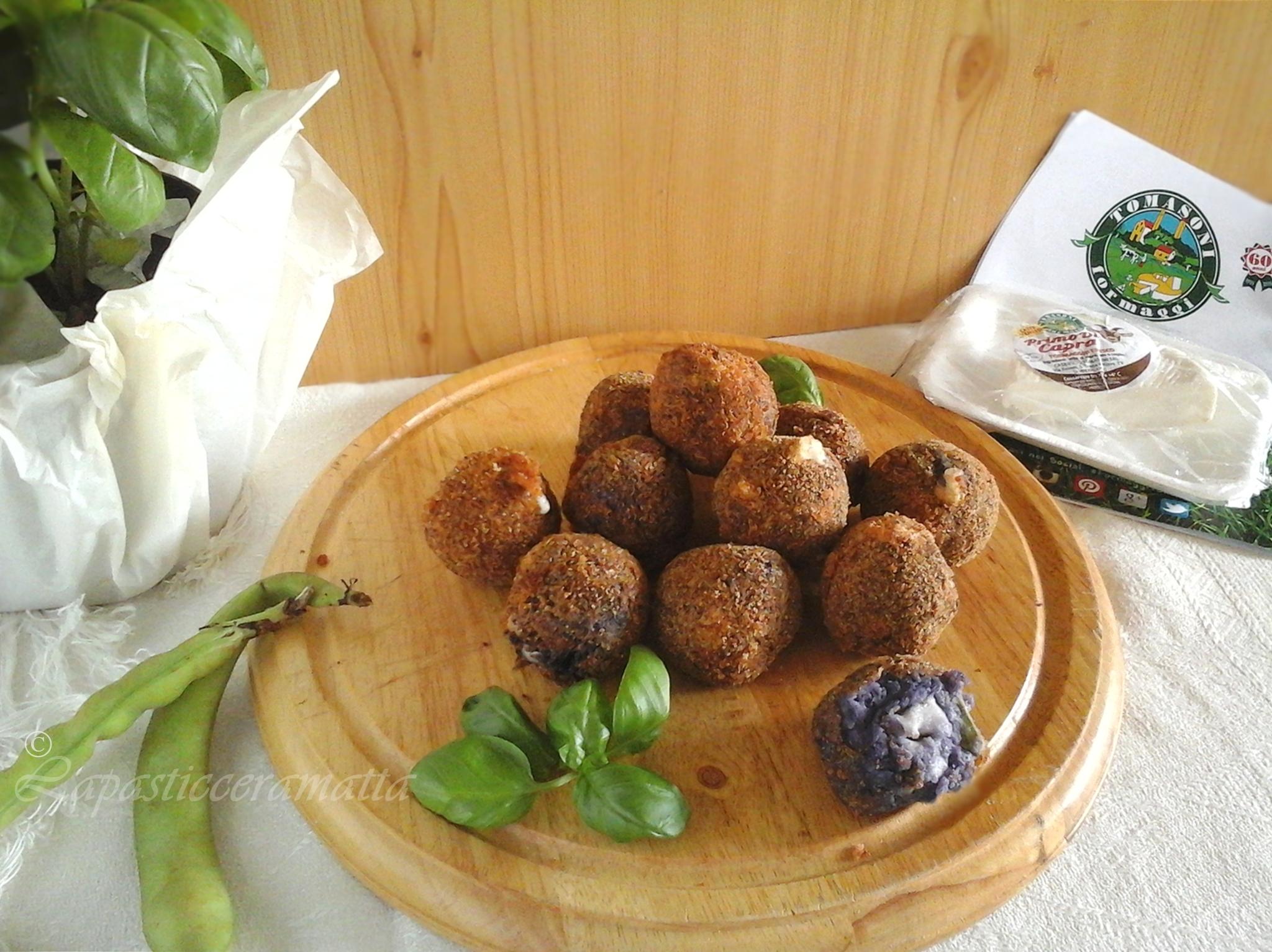 Polpette di patate viola, fave e formaggio fresco di capra