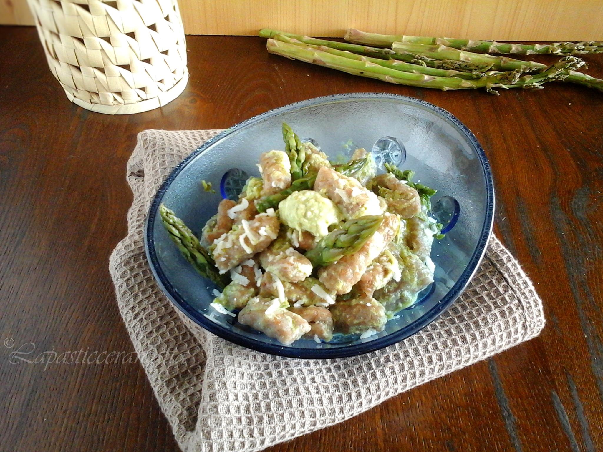Gnocchi di farina integrale con salsa agli asparagi