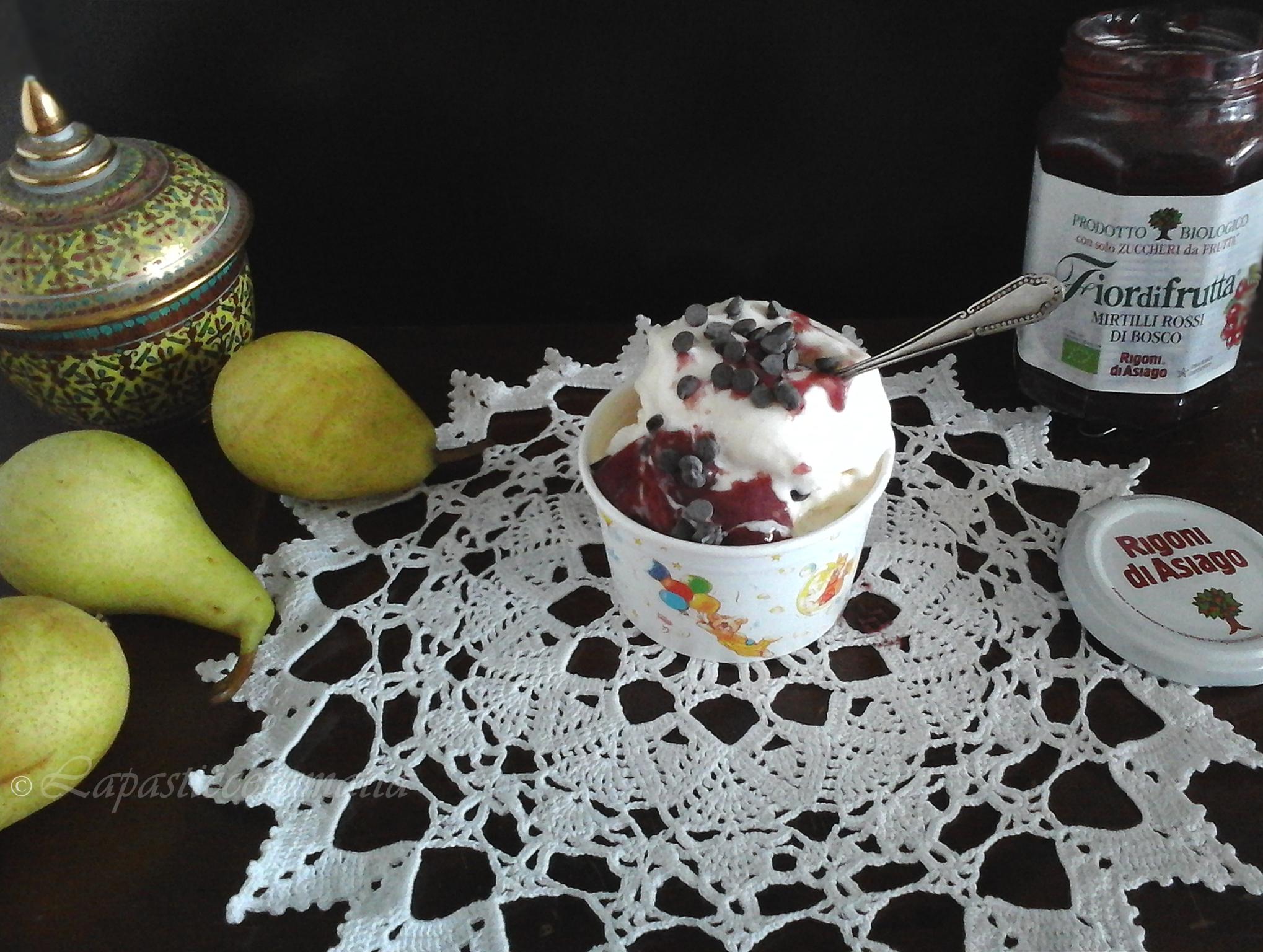 Gelato alla pera senza gelatiera con coulis di mirtilli rossi