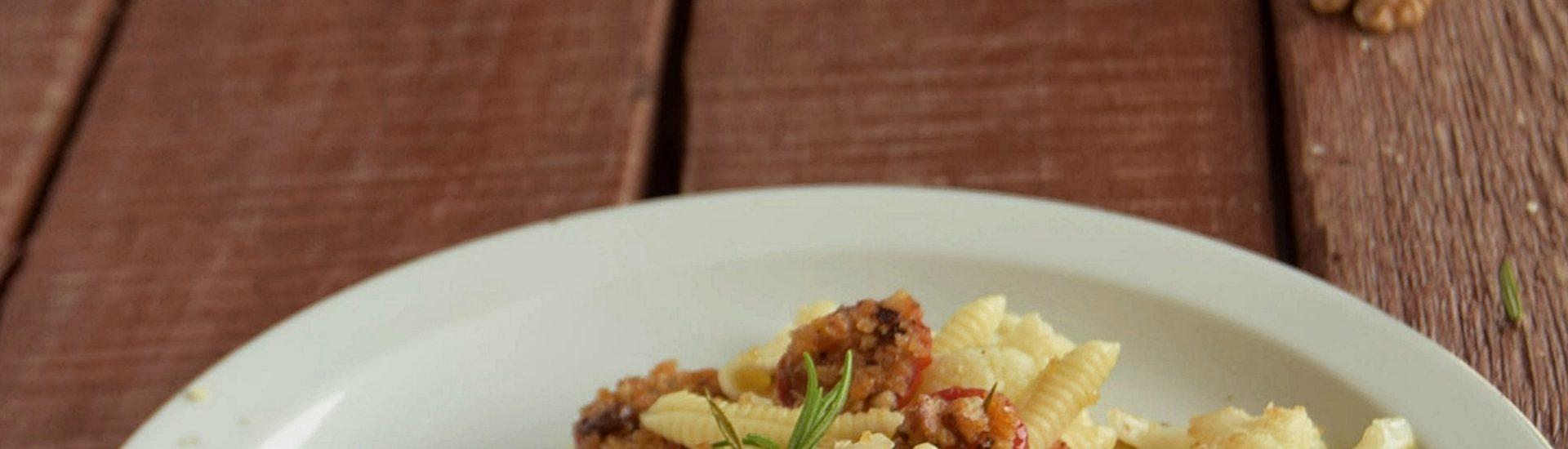 Garganelli con pomodorini al forno con le noci e cavolfiore