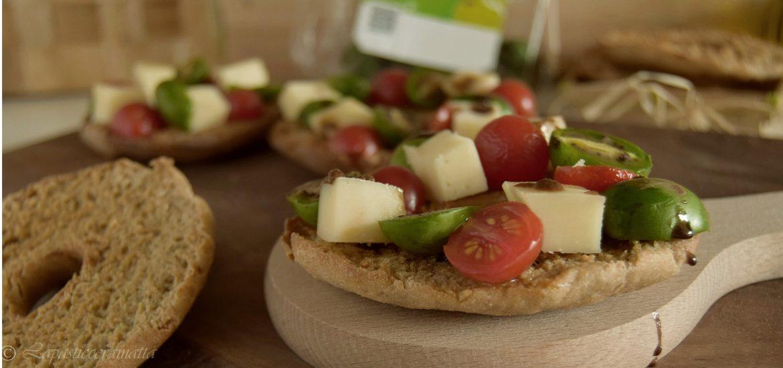 Friselle con Nergi, pomodorini, provolone e aceto balsamico