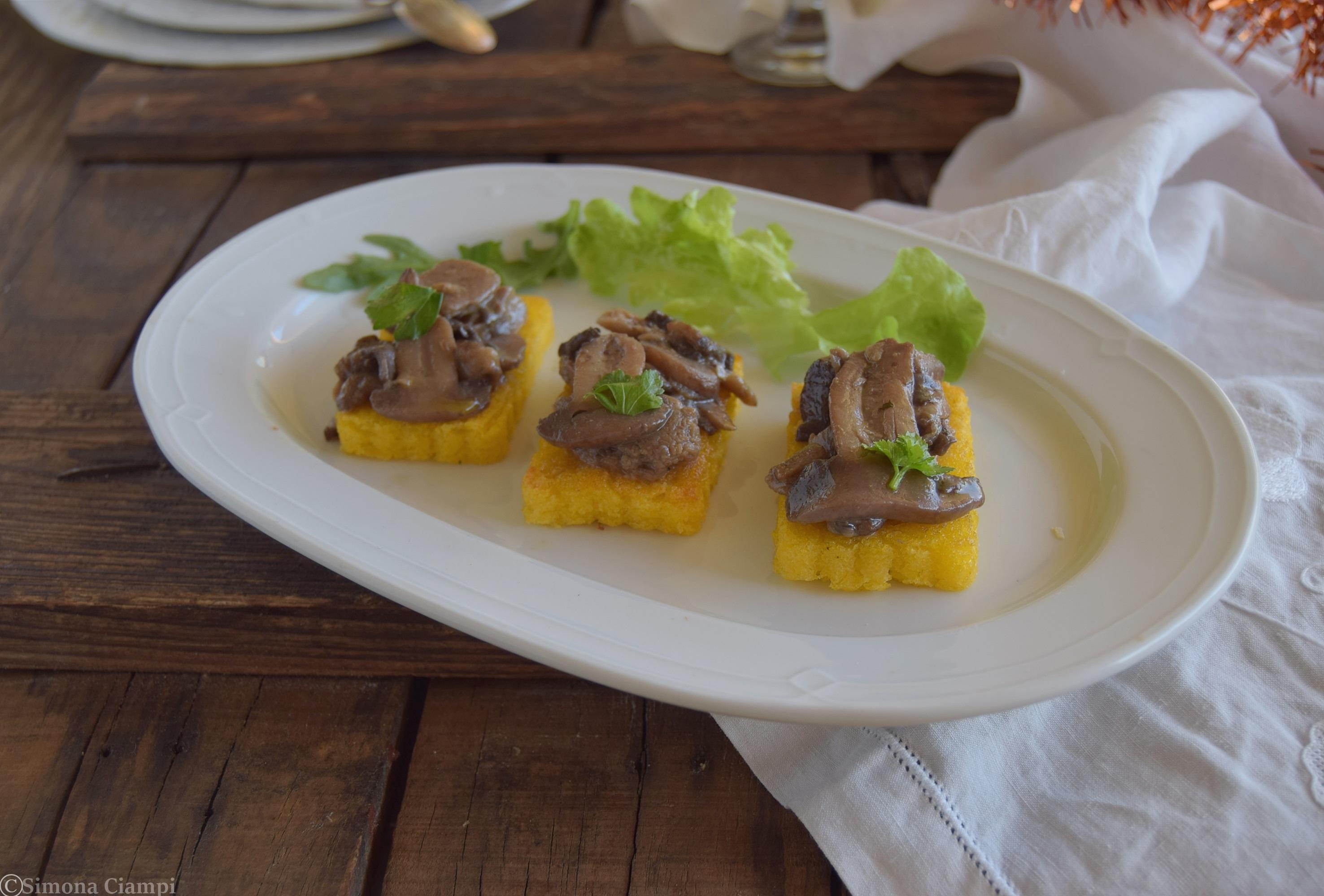 Crostini di polenta con funghi