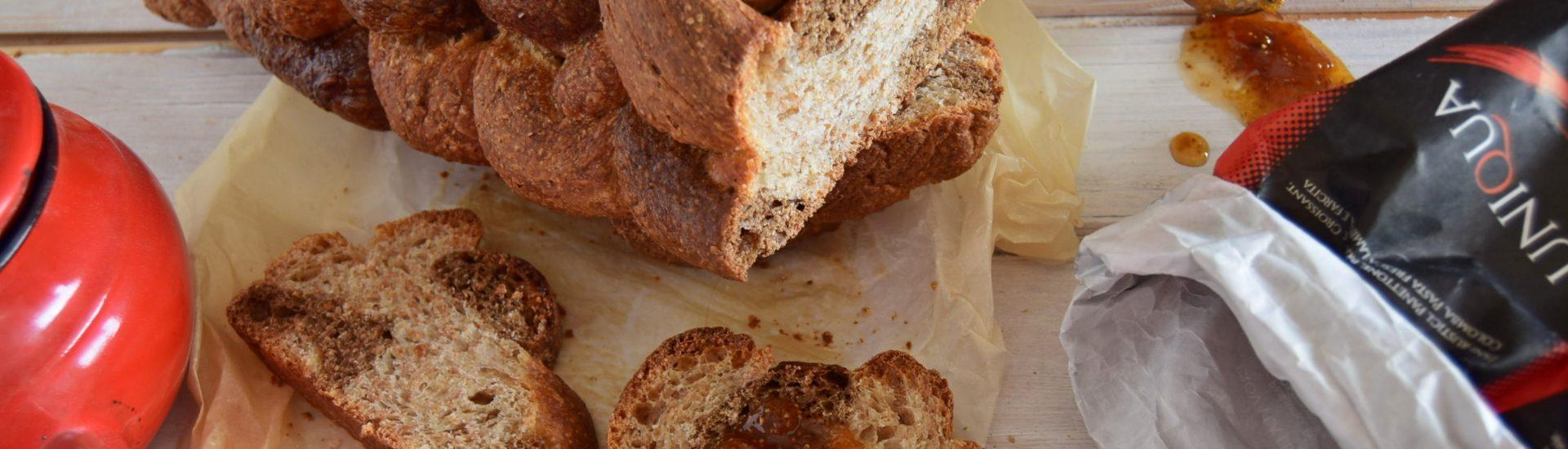 Treccia di pane dolce a 6 capi con orzo e farina integrale