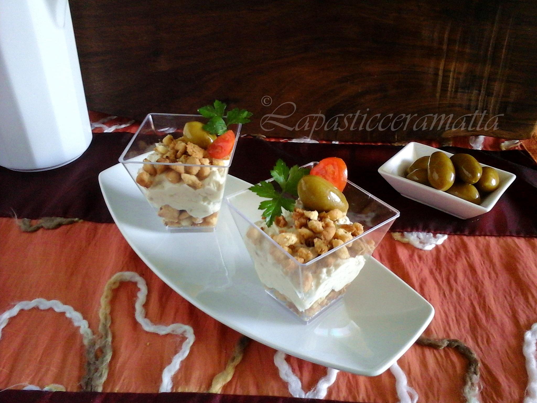 Bicchierini salati mousse di olive e streusel PER LA RICETTA CLICCA SOTTO ↓ http://blog.giallozafferano.it/lapasticceramatta/bicchierini-salati-mousse-olive-streusel/