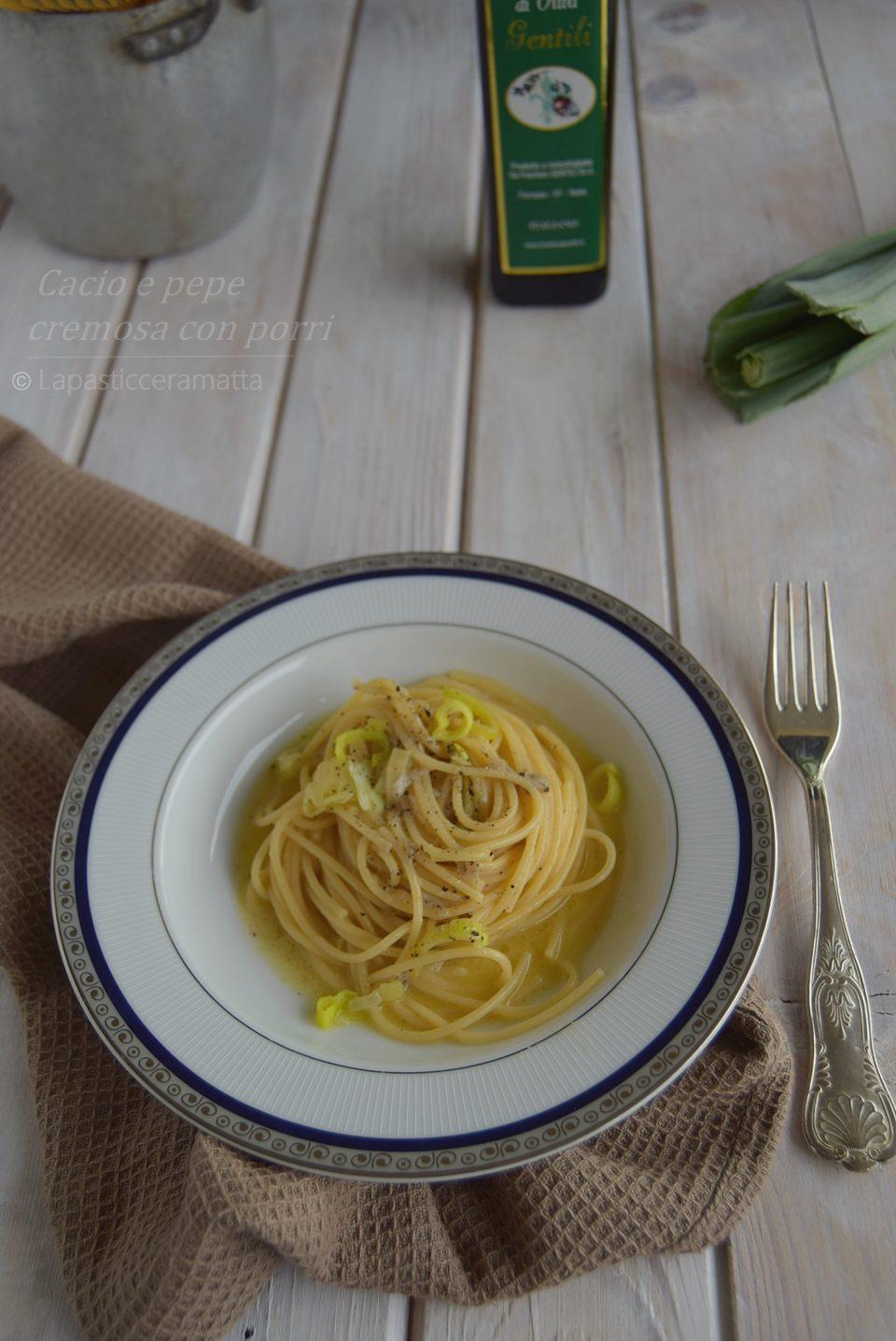 Spaghetti cacio e pepe cremosi con porr