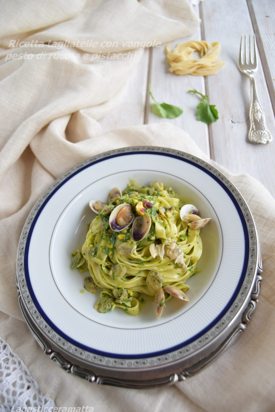 Ricetta tagliatelle con vongole pesto di rucola e pistacchi
