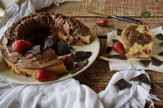 Ciambella al cioccolato e fragole