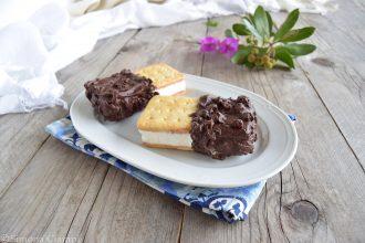 Gelato biscotto panna e nocciola glassato