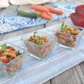 Insalata di farro e quinoa con verdure e salmone