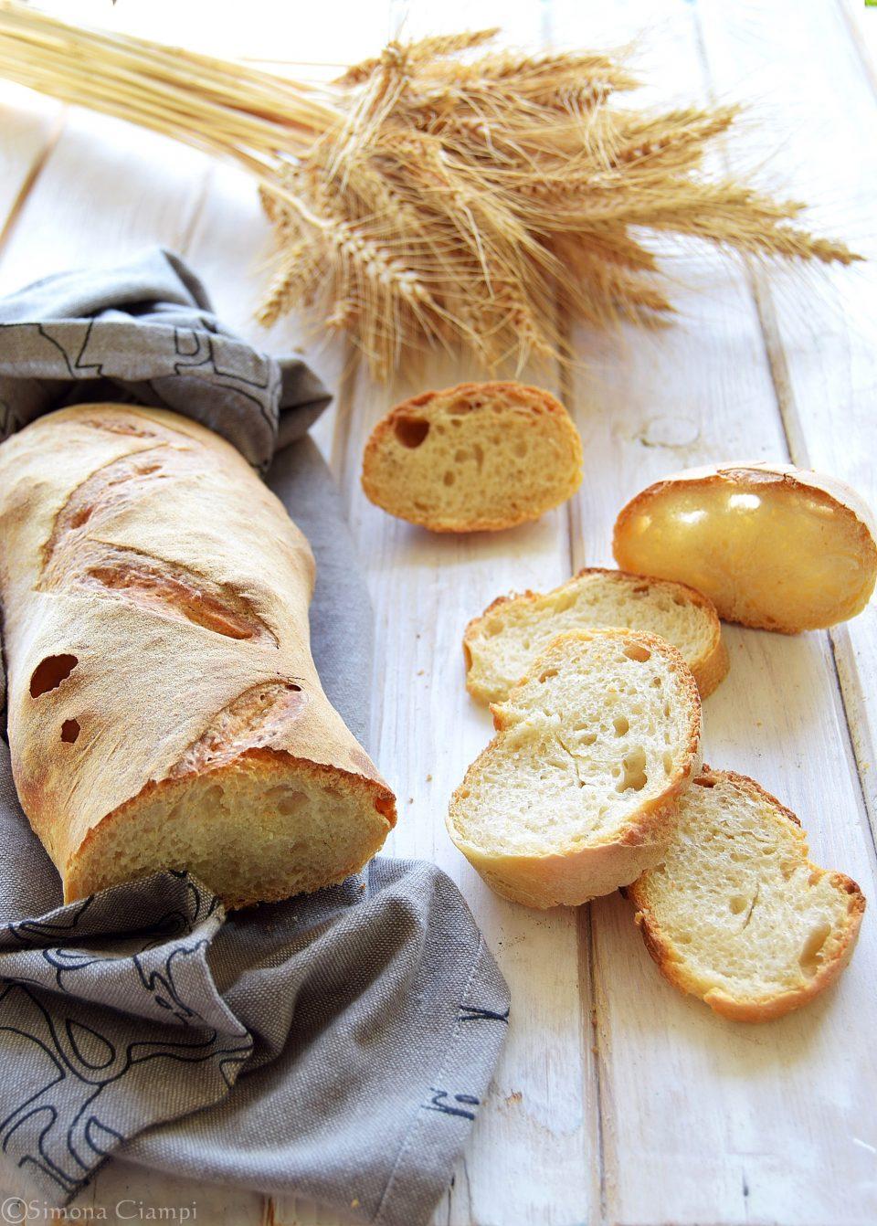Filone di pane con esubero di lievito madre-impasto diretto