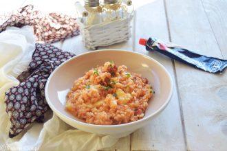 Risotto al pomodoro con salsiccia piccante e formaggio