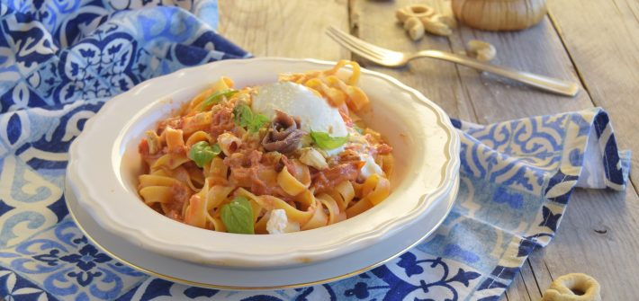 Fettuccine al pomodoro, alici burrata e briciole di taralli