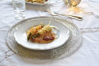 Asparagi in gabbia di tagliolini su crema di finocchi e pomodori-antipasto vegano