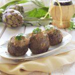 Carciofi ripieni vegetariani cotti in tegame