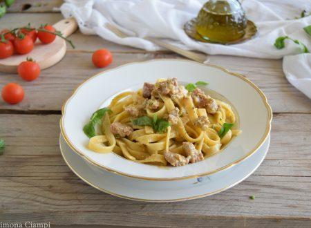 Fettuccine con pesto siciliano e salsiccia