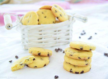 Biscotti semplici da inzuppo con gocce di cioccolato friabili