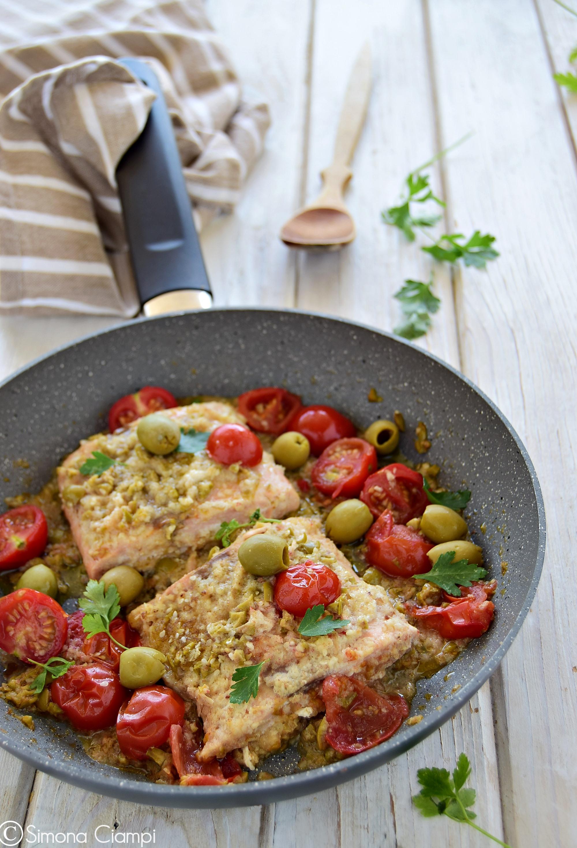 Salmone in padella impanato con salsa alle olive e pomodorini