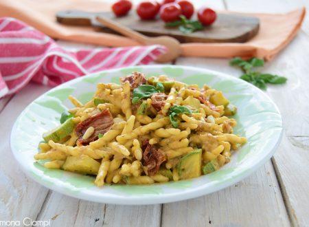Trofie al pesto siciliano zucchine e pomodori secchi