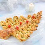 Albero di Natale con pasta sfoglia al salmone e pesto