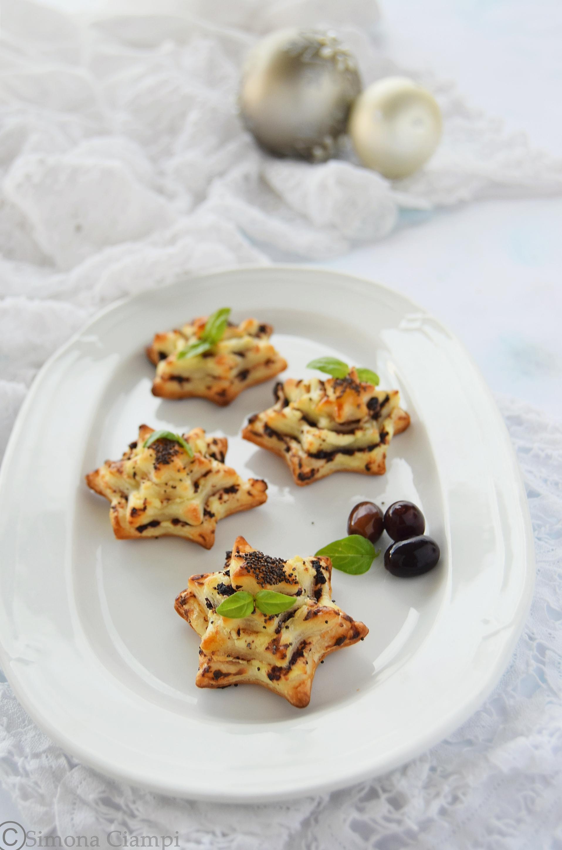 Stelle di pasta sfoglia crema di olive e formaggio