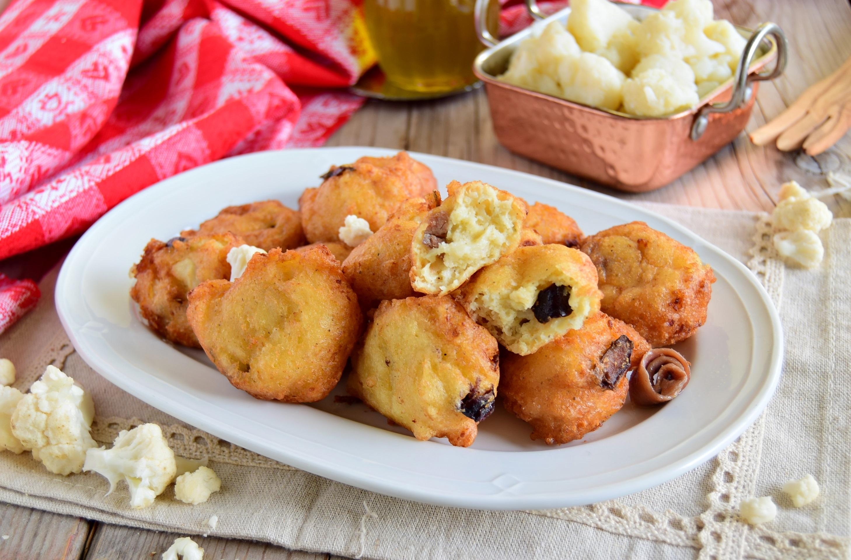Frittelle di cavolfiore con alici e olive
