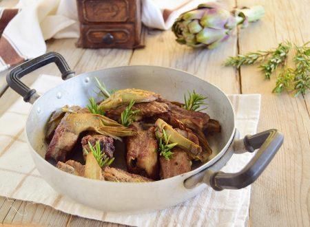 Costine di maiale in padella con carciofi e aromi