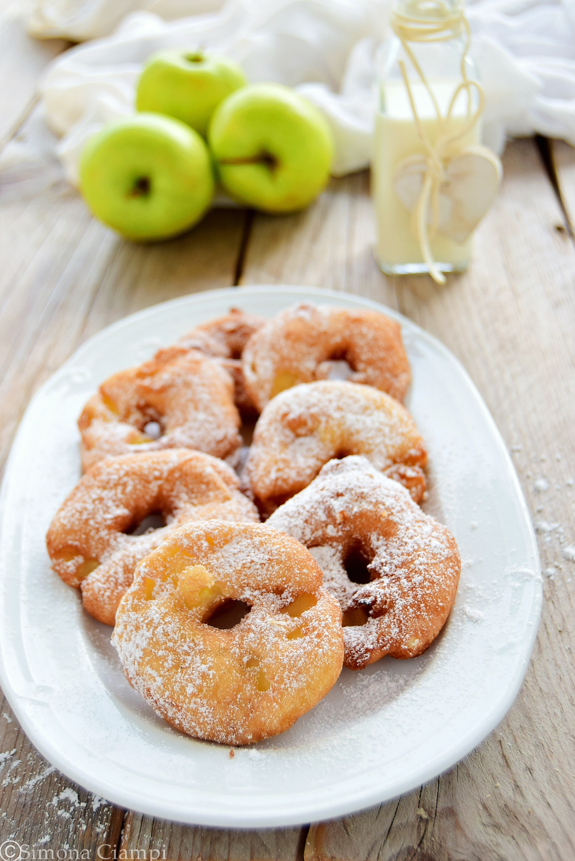 Frittelle di mele gonfie e veloci pronte in pochi minuti