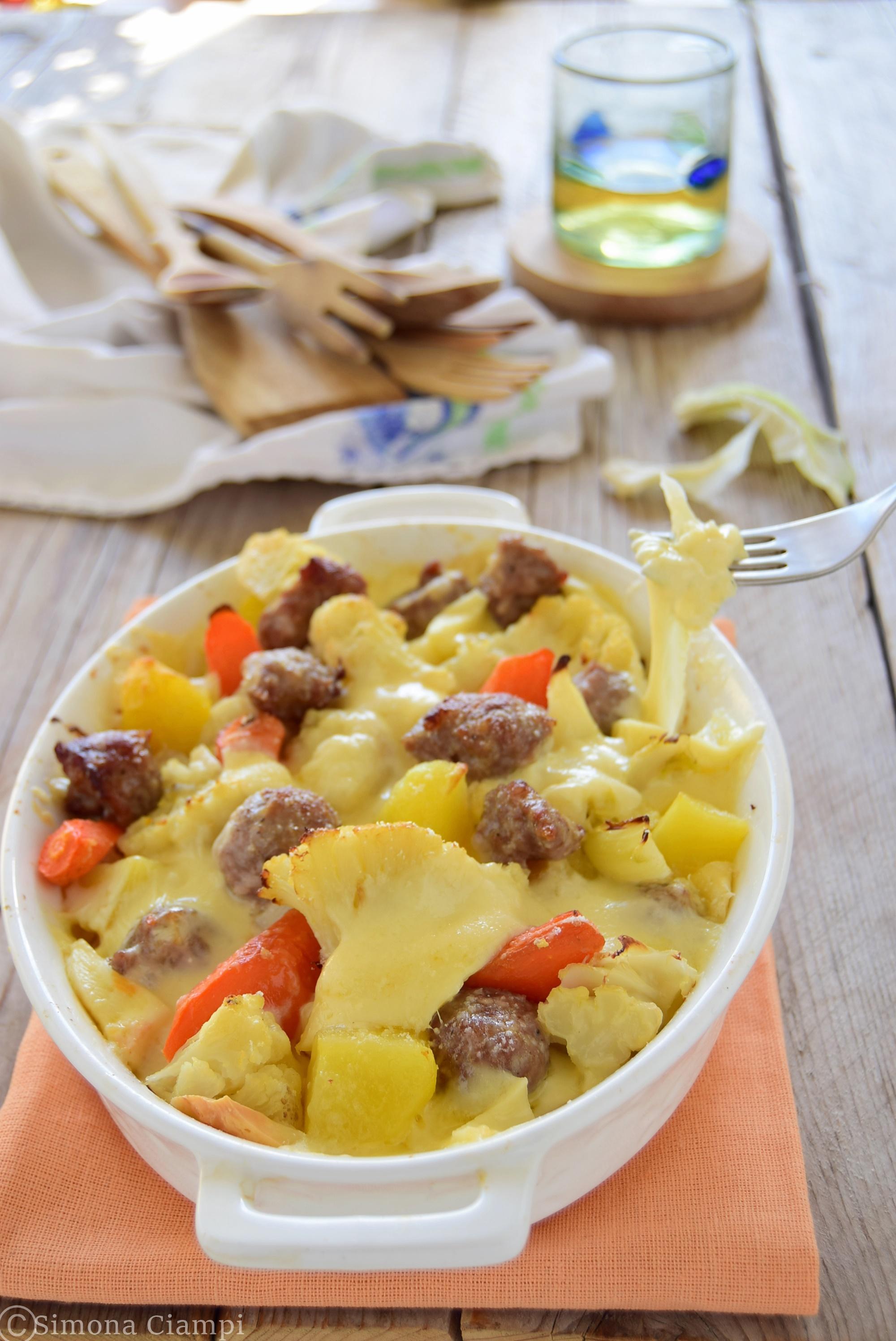 Cavolfiore al forno filante con salsiccia patate e carote