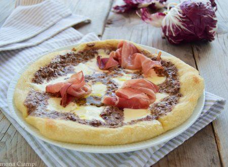 Pizza con crema di radicchio stracchino e speck