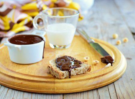 Crema di nocciole fatta in casa senza zucchero e lattosio