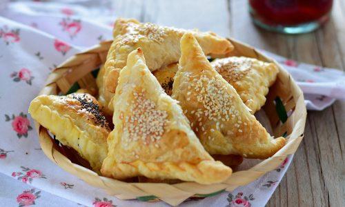 Triangoli di pasta sfoglia ricotta e peperoni