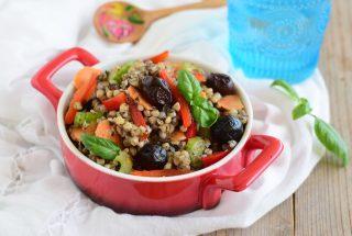 Insalata di grano saraceno crema di olive e verdure