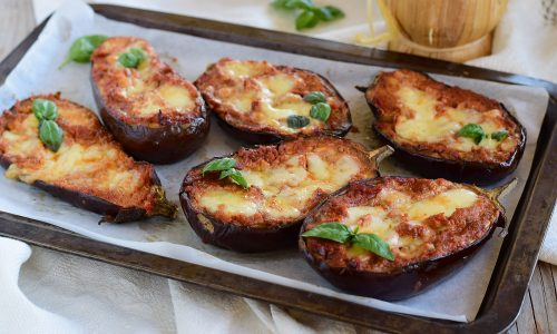 Melanzane gratinate con pesto di pomodori secchi e mozzarella
