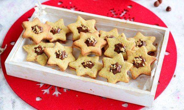 Biscotti alle nocciole e cannella ripieni di Nutella