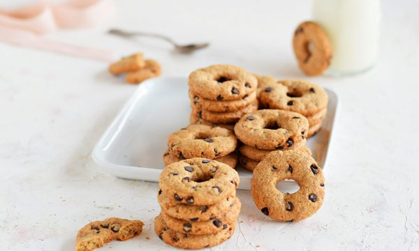 Biscotti integrali senza burro con gocce di cioccolato croccanti e inzupposi!