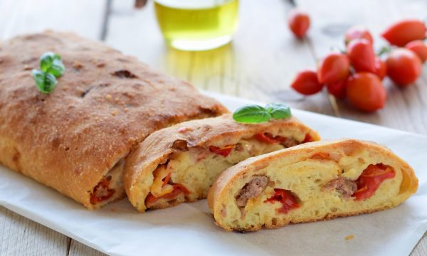 Rotolo di pane farcito gusto pizza