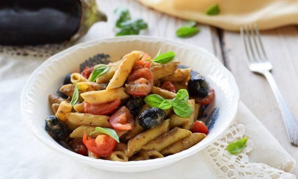 Penne  al pesto di melanzane, olive e pomodorini