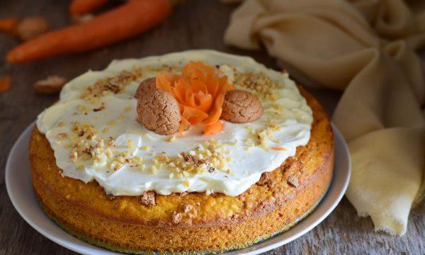 Torta carote amaretti e nocciole con glassa deliziosa