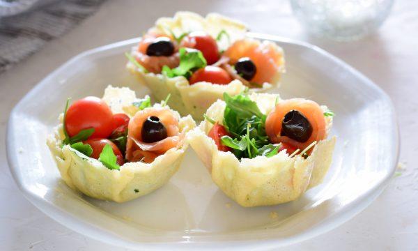 Cestino di parmigiano con salmone rucola e pomodorini