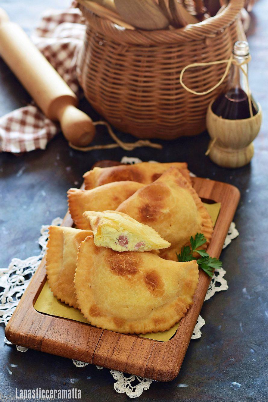 """I calcioni molisani, detti anche """"caggiuni"""" sono un saporito piatto da servire come antipasto e costituiscono la variante regionale dei classici calzoni fritti."""
