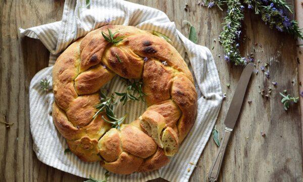 Corona di pane pasquale con salvia e rosmarino