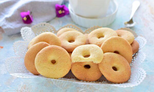 Biscotti al latte condensato friabili per la colazione
