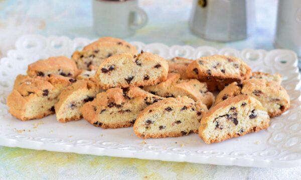 Biscotti senza burro e latte con albumi e gocce di cioccolato